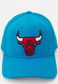 Mitchell & Ness - NBA CHICAGO BULLS VIBES REDLINE SNAPBACK - Cap - blue - 3