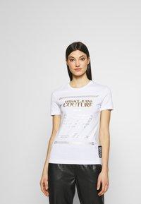 Versace Jeans Couture - Triko spotiskem - white/gold - 0