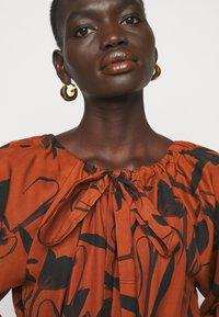 Mother of Pearl - RAGLAN SLEEVE DRESS WITH GATHERED NECK & CUFFS - Denní šaty - botanical rust - 4