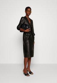 Ibana - DORA DRESS WITH  BELT - Pouzdrové šaty - black - 1