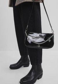 Bershka - MIT KETTE  - Across body bag - black - 1