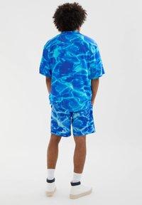PULL&BEAR - MIT POOL-WASSERPRINT - Swimming shorts - neon blue - 2