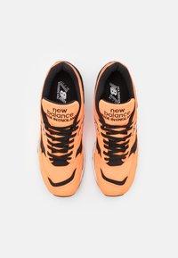 New Balance - M1500  - Sneakersy niskie - neo orange/black - 3