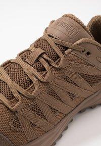 Hi-Tec - STORM TRAIL LITE - Trail running shoes - coyote - 5