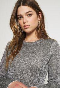 Good American - SPARKLE BELL DRESS - Denní šaty - silver - 3