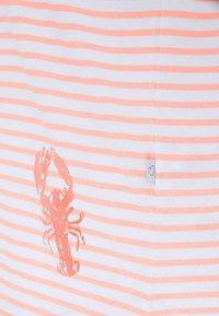 Frieda & Freddies - Print T-shirt - light orange - 2