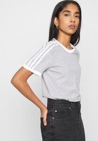 adidas Originals - 3 STRIPES TEE - Print T-shirt - medium grey heather - 3
