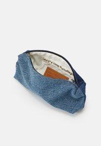 Levi's® - LEVI'S® X PORTO ALEGRE SMALL CONTRAST PENCIL CASE - Jiné doplňky - blue denim - 2