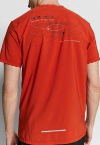Nike Performance - RISE HYBRID - Camiseta estampada - rust factor - 4