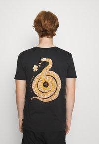 Quiksilver - CAUTIONARY TALE - Print T-shirt - black - 2