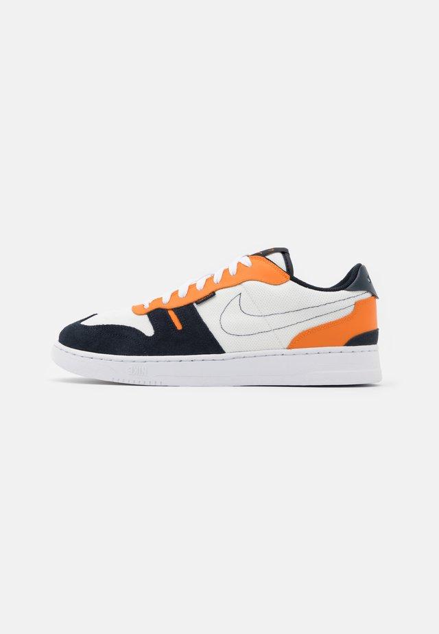 SQUASH TYPE - Sneakers basse - summit white/dark obsidian/alpha orange/white