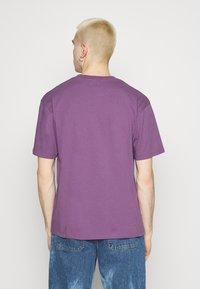 Edwin - KATAKANA EMBROIDERY - Print T-shirt - CHINESE VIOLET - 2