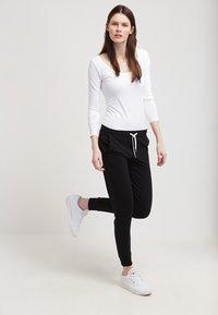 Zalando Essentials - Pantaloni sportivi - black - 1
