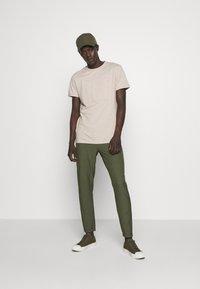 Les Deux - EMBOSSED ENCORE  - Basic T-shirt - light brown melange - 1