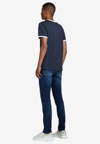 Jack & Jones - KONTRASTDETAIL - Print T-shirt - navy blazer - 2