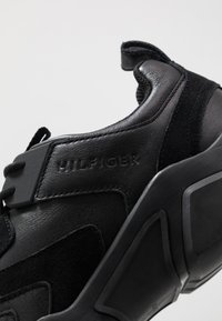 Tommy Hilfiger - CHUNKY TRAINER - Sneakers - black - 5