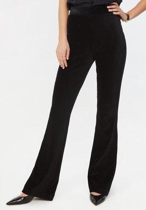 WE FASHION DAMEN-CORDHOSE MIT AUSGESTELLTEM BEIN - Trousers - black