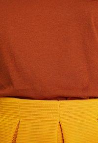 KIOMI - Basic T-shirt - caramel cafe - 5