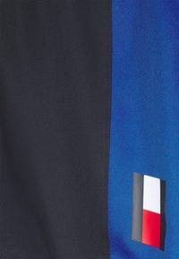 Tommy Hilfiger - TRAINING BLOCKED SHORT - Krótkie spodenki sportowe - blue - 5