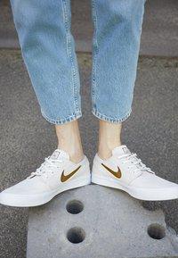 Nike SB - ZOOM JANOSKI UNISEX - Trainers - sail/yukon brown/light orewood brown/black - 2