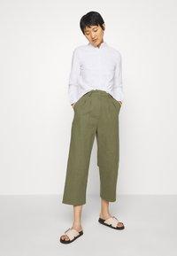 Casa Amuk - 7/8 PANT - Trousers - olive - 1