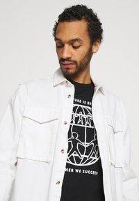 Tommy Hilfiger - ONE PLANET FRONT LOGO TEE UNISEX - T-shirt med print - black - 3