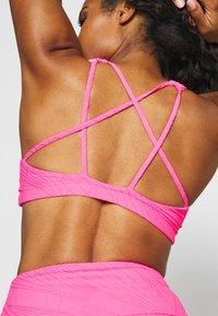 Onzie - MUDRA BRA - Sujetadores deportivos con sujeción ligera - neon pink selenite - 4