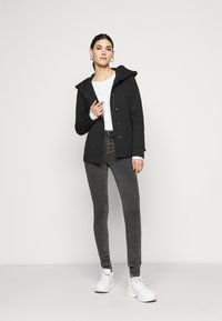ONLY Tall - ONLBLUSH BUTTON - Jeans Skinny Fit - black - 1