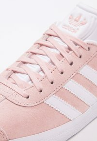 adidas Originals - GAZELLE - Sneaker low - vapour pink/white/gold metallic - 5