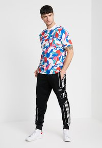 adidas Originals - OUTLINE STRIKE REGULAR TRACK PANTS - Pantalones deportivos - black - 1