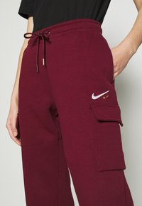 Nike Sportswear - CARGO PANT LOOSE - Tracksuit bottoms - dark beetroot - 4