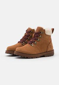 Timberland - COURMA KID UNISEX - Šněrovací kotníkové boty - rust - 1
