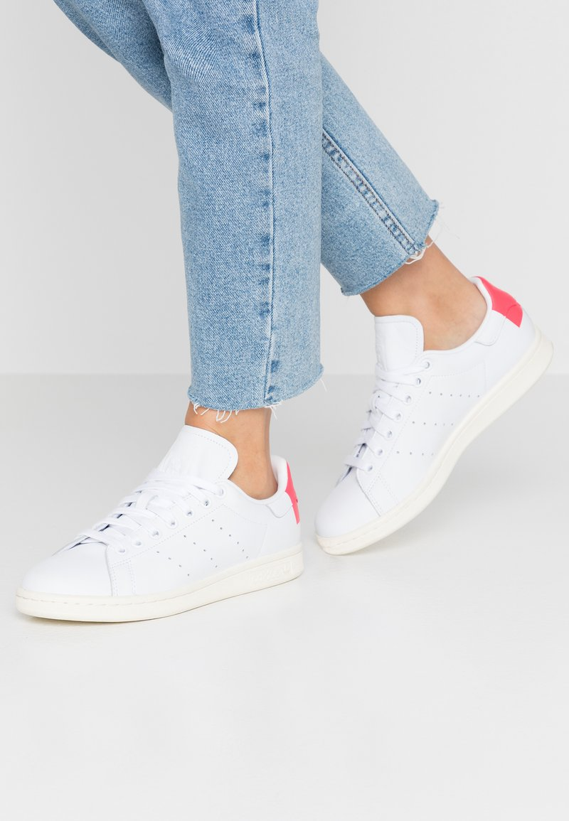 adidas Originals - STAN SMITH HEEL PATCH SHOES - Sneakers basse - footwear white/shock red