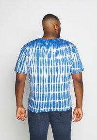 Common Kollectiv - PLUS TIE DYE PRINTED SHORT SLEEVED TEE - T-shirt z nadrukiem - blue - 2