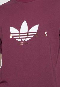 adidas Originals - TREFOIL SCRIPT - T-shirt med print - victory crimson - 4
