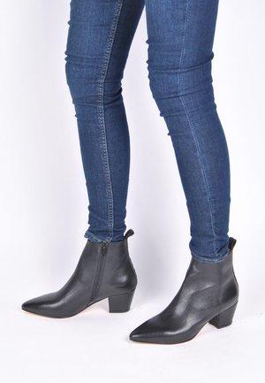 JENNIFER - Korte laarzen - schwarz