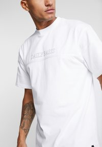 Daily Basis Studios - OVERSIZED FOOTBALL TEE - T-shirt con stampa - white - 4