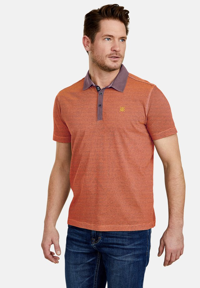 MIT FEINEN QUERSTREIFEN - Polo shirt - strong orange