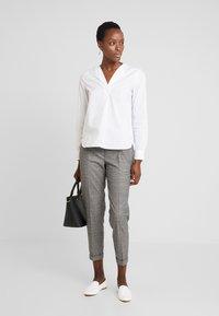 Marc O'Polo DENIM - PANTS CHECK - Pantalon classique - light grey - 1
