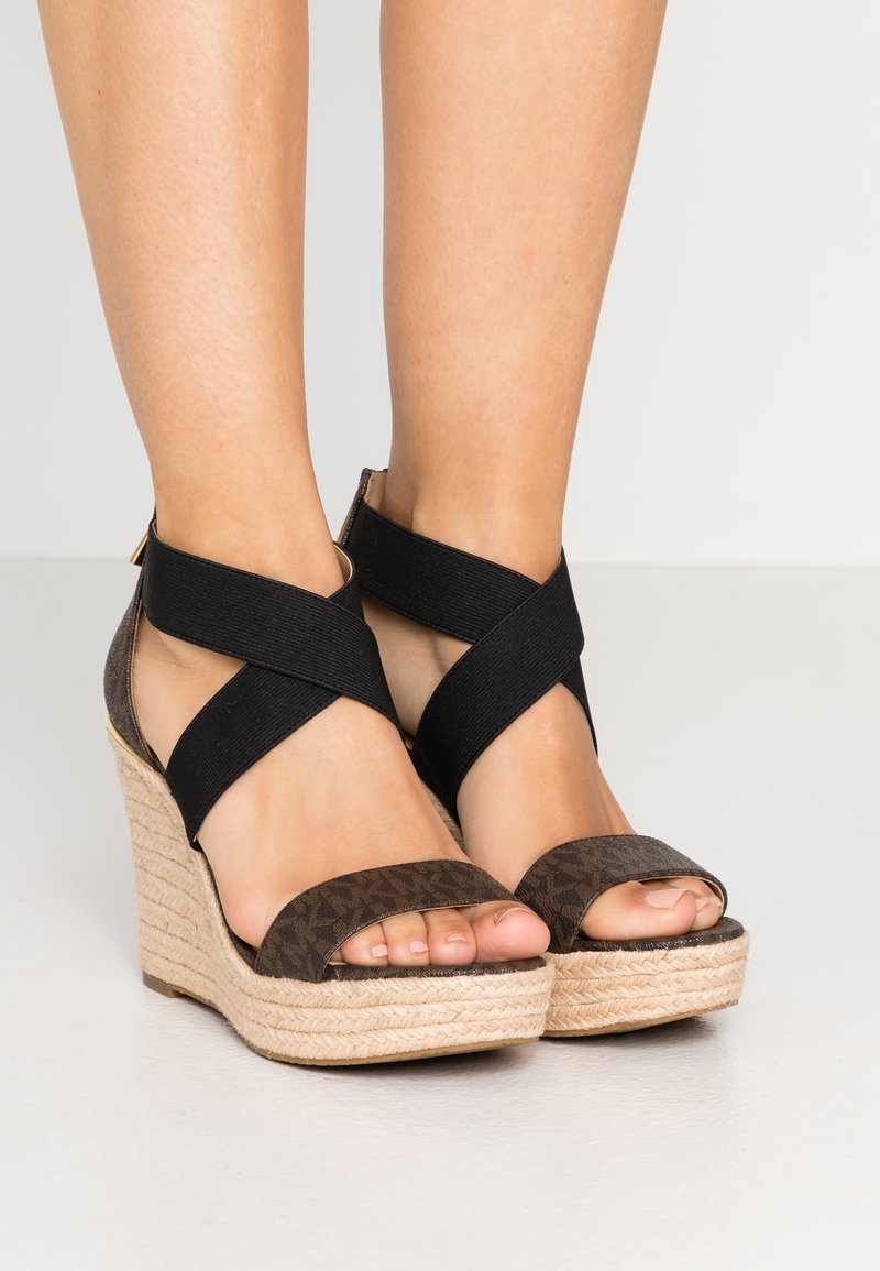 MICHAEL Michael Kors - PRUE WEDGE - Sandalen met hoge hak - brown