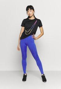 Nike Performance - W NK DRY TEE LEG ICON CLASH - T-shirt print - black - 1