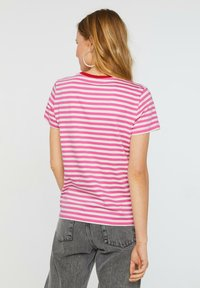 WE Fashion - WE FASHION DAMES GESTREEPT T-SHIRT - T-shirt z nadrukiem - pink - 2