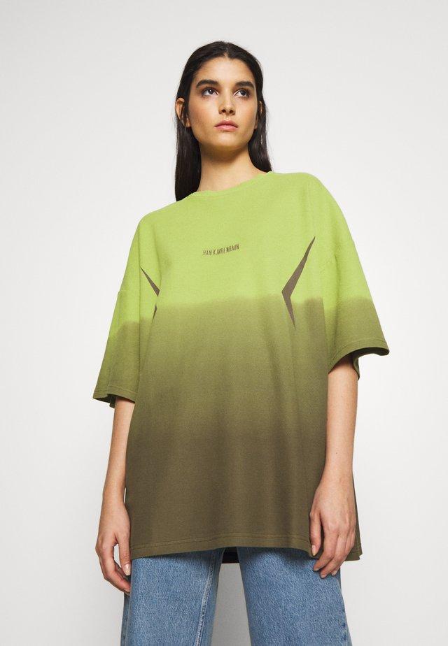 BOYFRIEND TEE - Print T-shirt - gradient lime