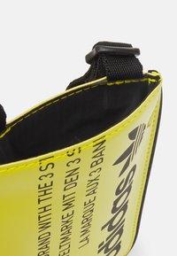 adidas Originals - POUCH UNISEX - Taška spříčným popruhem - yellow - 2