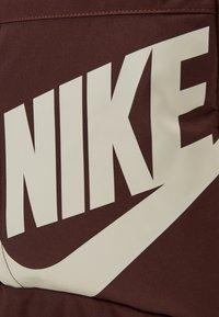Nike Sportswear - UNISEX ELEMENTAL - Rucksack - earth/pale ivory - 3