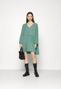 Monki - TORBORG DRESS - Vestito estivo - green irrydot - 1