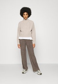 Noisy May - NMSALLY LOOSE PANT - Bukse - taupe gray - 1