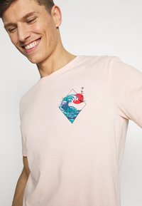 Pier One - T-shirt med print - pink - 4