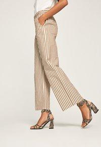 Pepe Jeans - Spodnie materiałowe - brown - 3