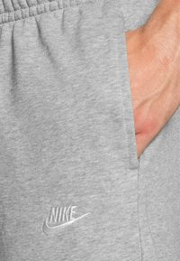 Nike Sportswear - CLUB - Pantalones deportivos - dark grey heather/matte silver/white - 4
